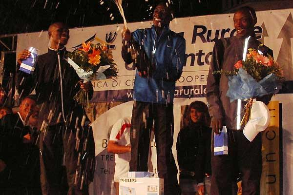 Moses Mosop uncorks the champagne after his 10km win in Trento (Alberto Zorzi)