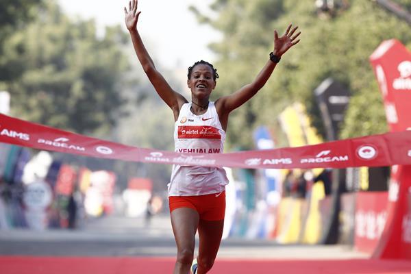 Yalemzerf Yehualaw wins the Airtel Delhi Half Marathon (Procam International)