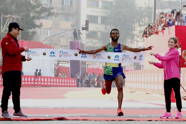 Derara Hurisa wins the Mumbai Marathon (Procam International / organisers)