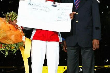 Maria Mutola receives her cheque for US$1 Million from President Diack after winning the 2003 IAAF Golden League Jackpot outright in 2003 (Getty Images)