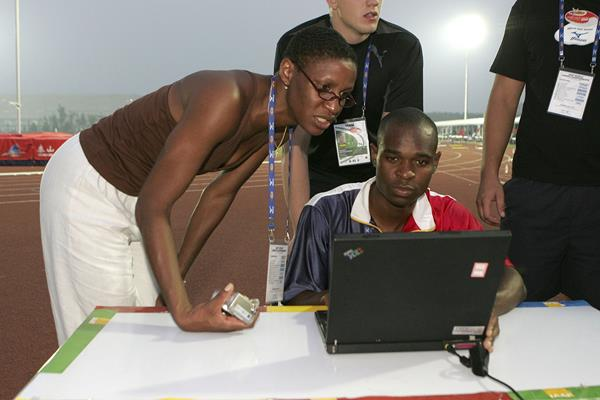 Deon Hemmings helping athletes at the IAAF-WADA Outreach Programme at the 2006 IAAF World Junior Championships in Beijing (Getty Images)