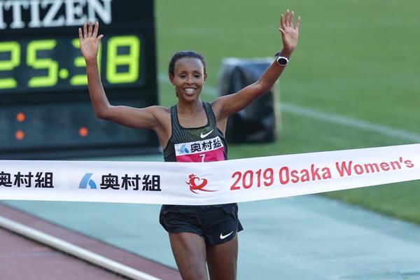 Fatuma Sado winning the Osaka Women's Marathon (Toshikazu Hirayama/Agence Shot)