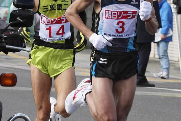 Morocco's Adil Annani leads Seiji Kobayashi in the 58th Beppu-Oita Marathon (AFP / Getty Images)
