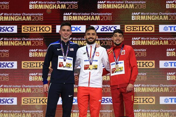 800m medallists Adam Kszczot (centre), Drew Windle (left) and Saul Ordonez (right) at the IAAF World Indoor Championships Birmingham 2018 (Getty Images)