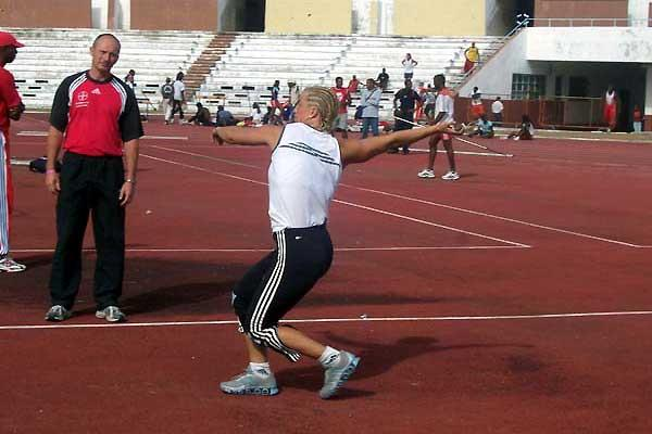 Steffi Nerius practising her throws in Havana (Clavelo Robinson)
