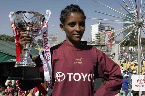 Genet Getaneh (ETH) celebrates her win at the 2005 Great Ethiopian Run (Jiro Mochizuki (Agence Shot))