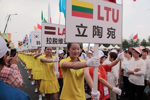 Volunteers with the names of the participating countries at the opening ceremony of 26th IAAF World Race Walking Cup  (Getty Images)