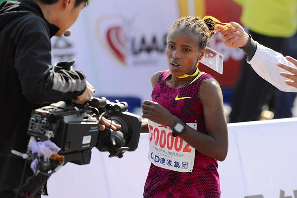 Mare Dibaba on her way to winning the Xiamen Marathon (Jiang Kehong)