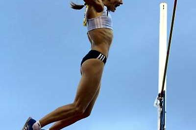 Yelena Isinbayeva on her way down from her 5m World record vault (Getty Images)
