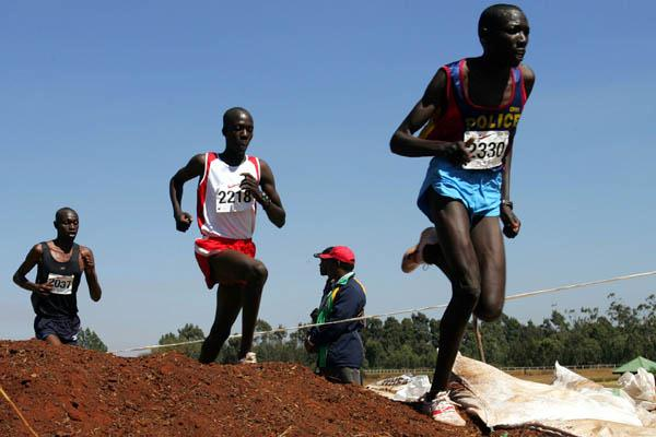 Moses Masai leads in the senior men's 12km race at the 2006 Kenyan Championships (Omulo Okoth)