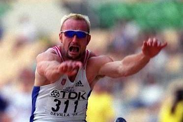 Thomas Dvorak in action during the decathlon long jump at the 199 IAAF World Championships (© Allsport)