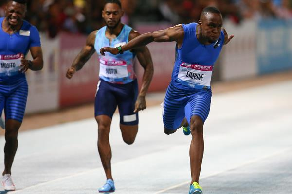 Akani Simbine winning the 100m in Pretoria (Roger Sedres)