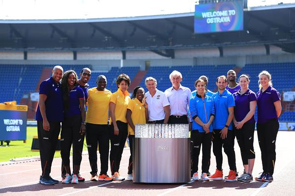 Continental Cup team captains, team representatives, IAAF President Sebastian Coe and LOC President Libor Varhanik with the Continental Cup trophy (Getty Images)