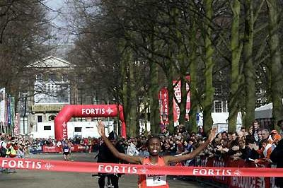 Hilde Kibet wins the women's race at the 2007 Fortis City-Pier-City Half Marathon (loc)
