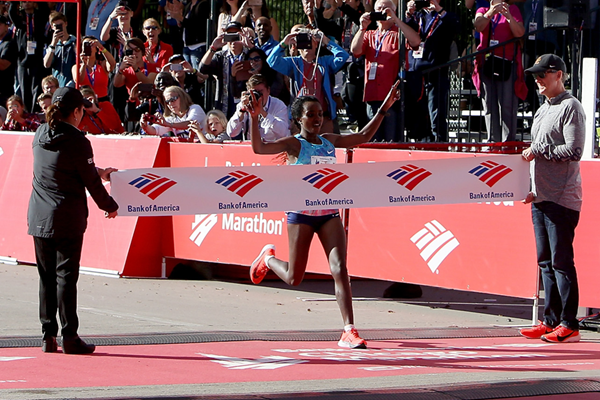 Tirunesh Dibaba wins the Chicago Marathon (Getty Images)