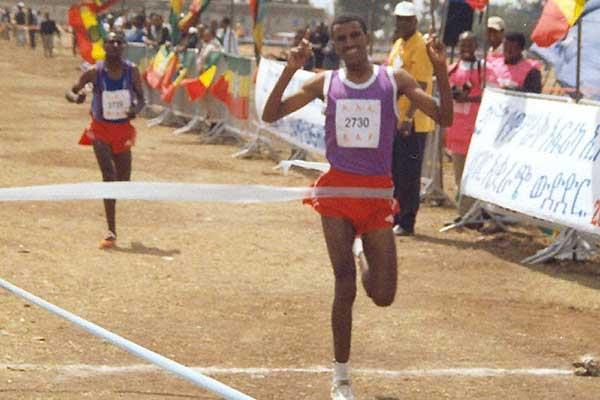 Gebremariam beats Sihine in the 2004 East African XC Champs long race (M. Wessenyeleh)