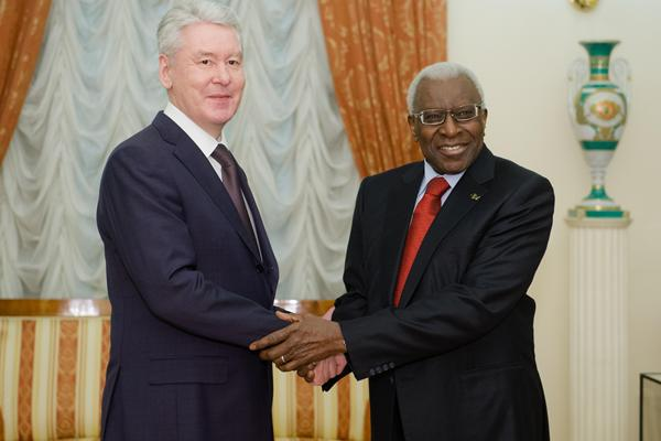 Sergei Sobyanin, Mayor of the Moscow City Government, greets IAAF President Lamine Diack (Moscow City Government)