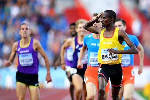 Elijah Manangoi salutes the crowd after winning the Continental Cup 1500m title (Getty Images)