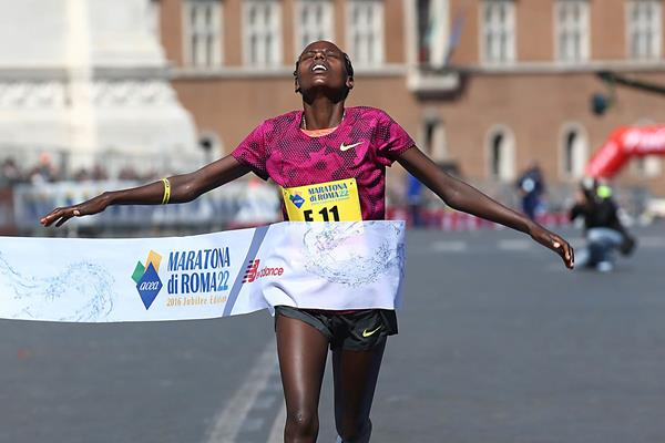 Rahma Tusa winning the Rome Marathon (Giancarlo Colombo / organisers)