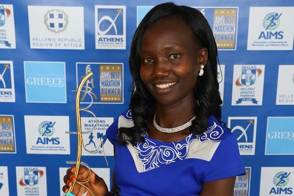 Mary Keitany with her AIMS Marathon Runner of the Year award (Francis Kay/Marathon-Photos.com)