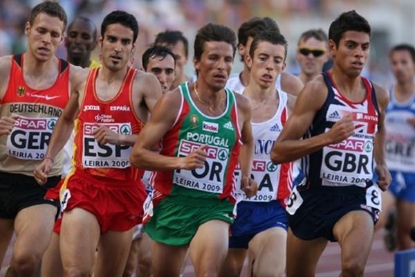 Rui Silva (c) en route to his 1500m win in Leiria (Marcelino Almeida)