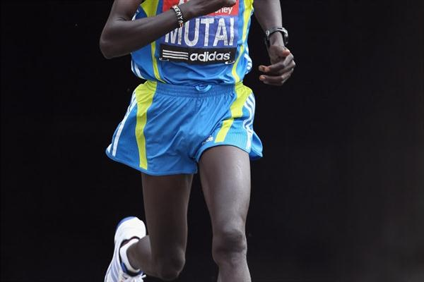 With a strong second half, Kenyan Emmanuel Mutai finishes second at the 2010 London Marathon (Getty Images)