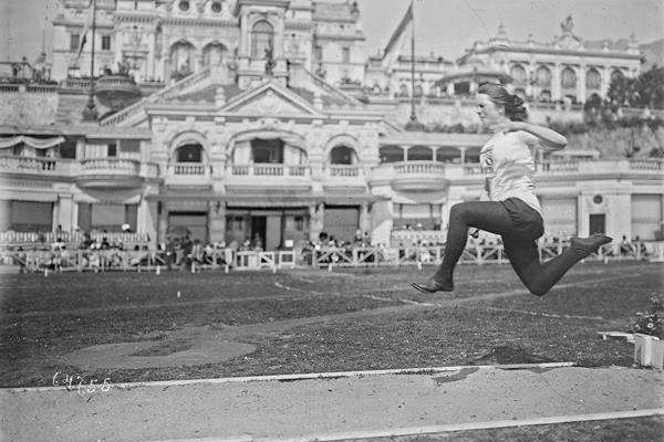 Five-time gold medallist Mary Lines in action at the 1921 Women's Olympiad in Monaco (Gallica)