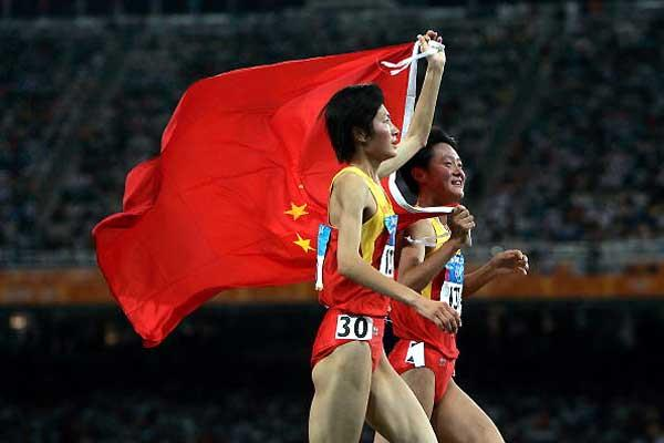 Xing Huina (left) and Sun Yingjie celebrate the former's Olympic victory in Athens (Getty Images)