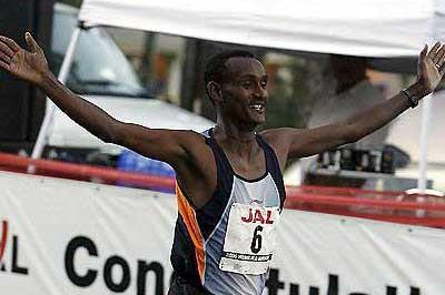 Ambesse Tolossa of Ethiopia on his way to a 2:13:42 win in Honolulu (Errol Anderson)