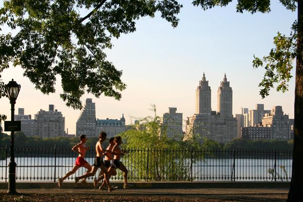 Runners on the loop around the Jacqueline Kennedy Onassis Reservoir in New York (Patrick Gruban)