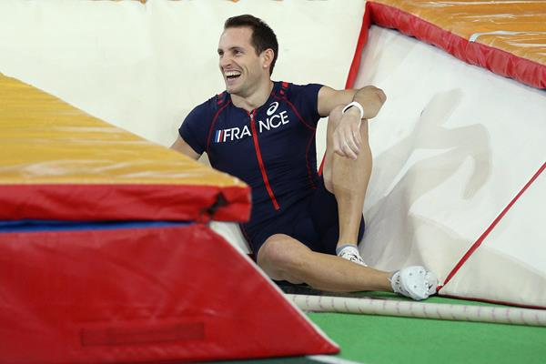 Renaud Lavillenie laughs after falling in the box ()