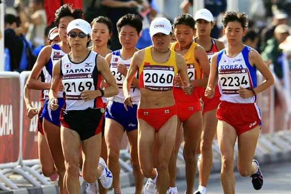 China's Zhou Chunxiu heads the marathon pack early on - Asian Games (Getty Images)