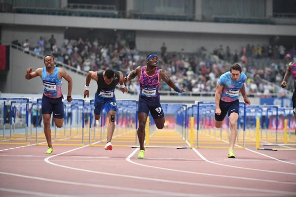 Omar McLeod takes a narrow win in Shanghai (Errol Anderson/Jiro Mochizuki)