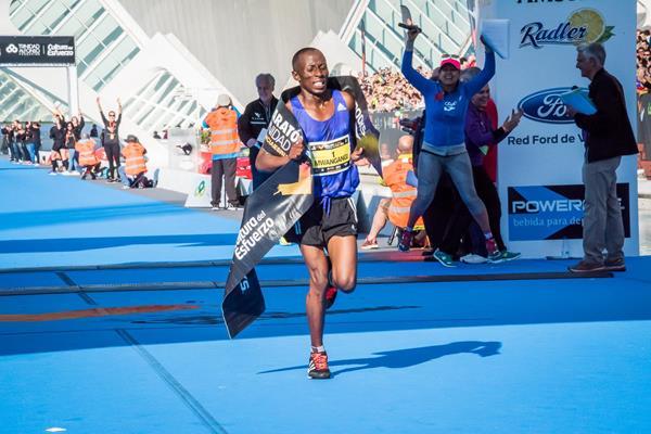 John Mwangangi after winning the 2015 Maraton Valencia Trinidad Alfonso (Organisers)