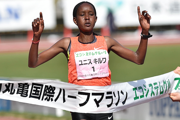 Eunice Kirwa of Bahrain crosses the finish line (Masamichi Makino)