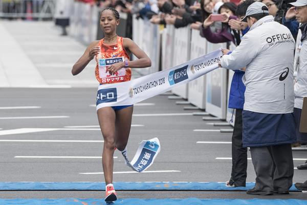 Berhane Dibaba winning the 2018 Tokyo Marathon (AFP)