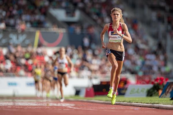 Konstanze Klosterhalfen en route to her solo 3:59.58 meeting record at the German Championships (Bongarts/Getty Images)