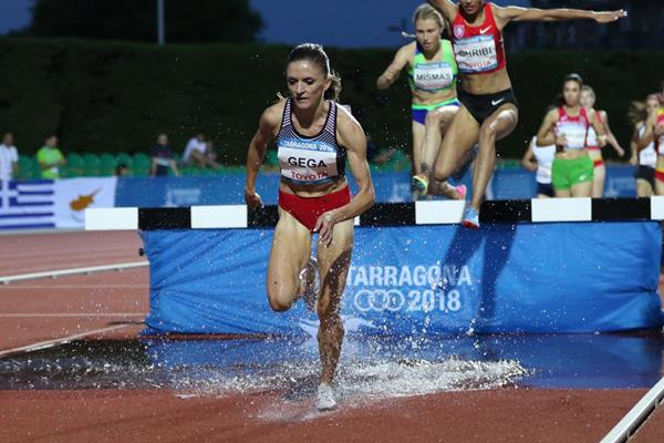 Luiza Gega en route to the Mediterranean Games steeplechase title (Foto Tarragona 2018)