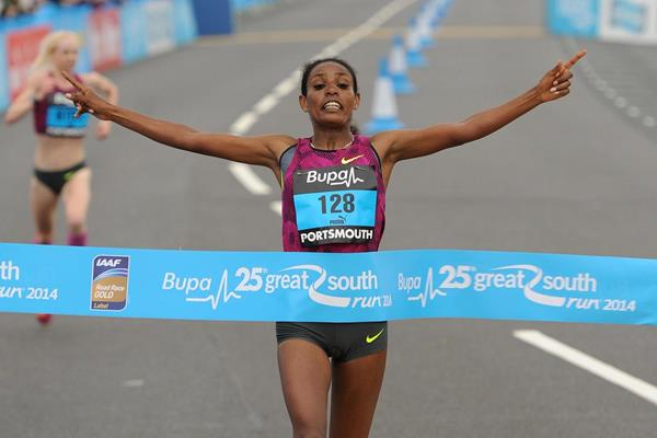 Belaynesh Oljira wins at the 2014 Bupa Great South Run (Mark Shearman)