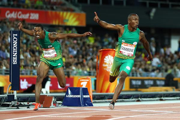 Akani Simbine (r) and Henricho Bruintjies (l) go 1-2 in the Commonwealth 100m (Getty Images)