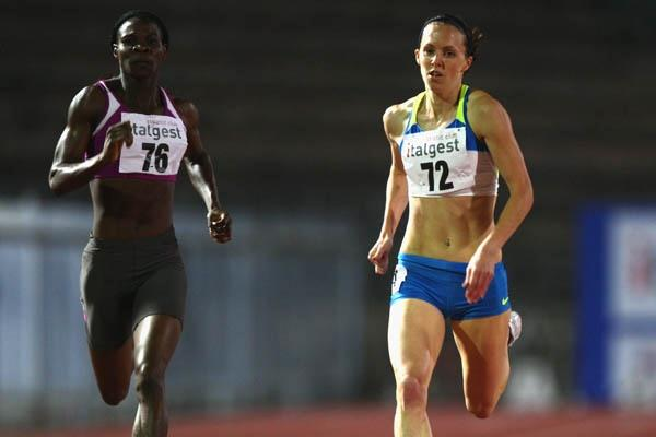 Nicola Sanders (r) decisively beating African champion Amantle Montsho (Getty Images)