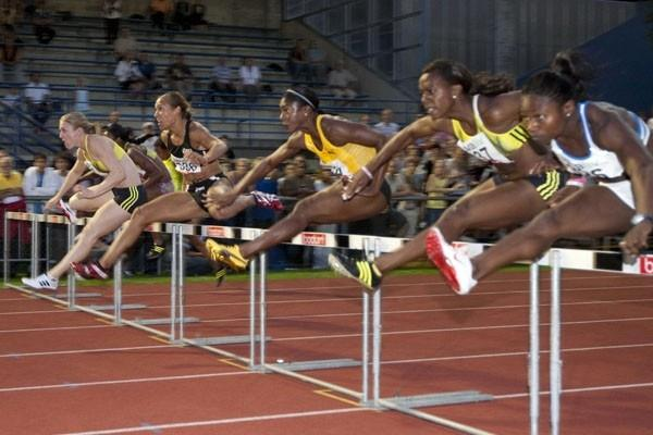 Sally McLellan (far left) heads the 100m Hurdles race in Luzern (HP Roos)