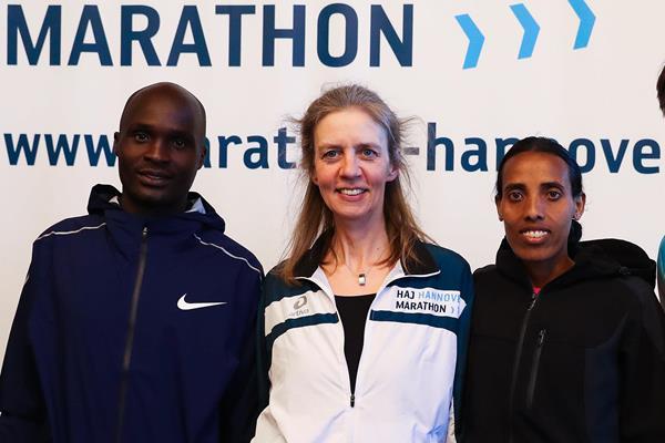 Gilbert Kirwa, race director Stefanie Eichel and Fate Tola in Hannover (Photorun.net)