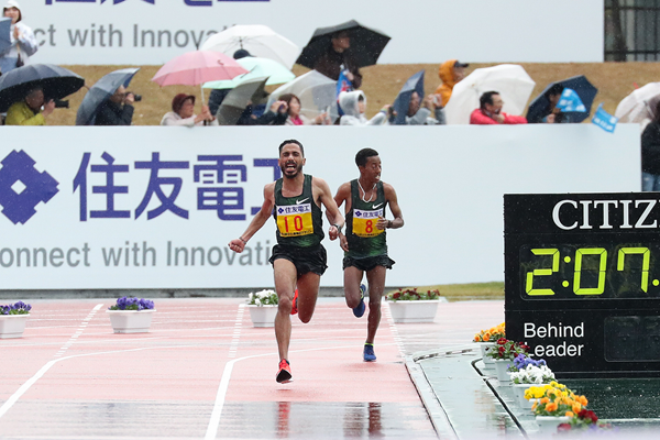 Salah Eddine Bounasr on his way to winning the Lake Biwa Marathon (Victah Sailer)