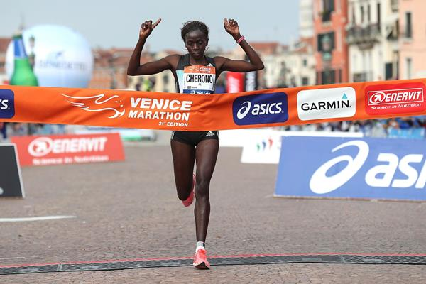 Priscah Jepleting Cherono winning the 2016 Venice Marathon (Giancarlo Colombo/organisers)