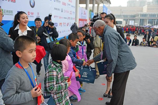 IAAF President Diack awarding prizes to the winners of a children's painting competition ahead of the 2014 Xiamen International Marathon (IAAF)