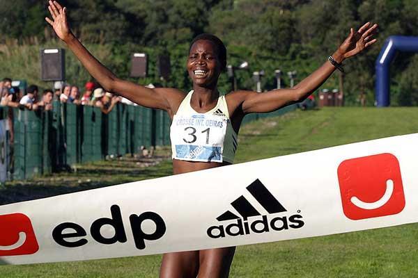 Dorcus Inzikuru of Uganda wins in Oeiras (Marcelino Almeida)