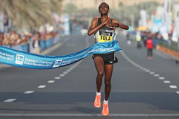 Tamirat Tola wins the Dubai Marathon (Giancarlo Colombo / organisers)