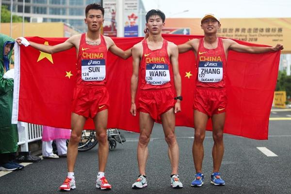 U20 men's 10km winner Zhang Yao (right) with his Chinese teammates at the IAAF World Race Walking Team Championships Taicang 2018 (Getty Images)