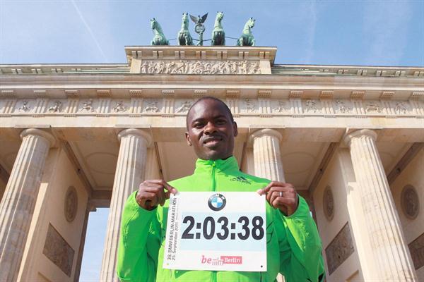 Patrick Makau and his World record numbers at Berlin's Brandenburg Gate (Victah Sailer)